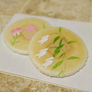 桜を観賞したのなら、雅な絵柄が美しい麩焼煎餅『清風せんべい』もお勧め。 意匠同様に、軽い食感ではんなりとした甘さ。上品な味わいの煎餅です。意匠は季節毎に変わります。