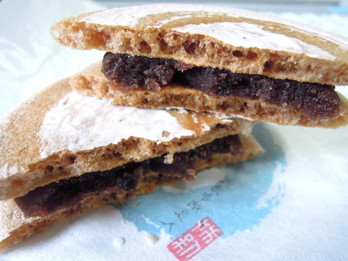 京都一と誉れ高い『薯蕷まんじゅう』や季節の生菓子は、全て事前注文の販売ですが、代表銘菓『涛 々』や、与謝蕪村の句にちなんだ『しぐれ傘』は予約なしで購入できます。  銘菓『涛々』は、茶人好みの麩焼き菓子。大徳寺納豆入りの練り餡を、麩焼煎餅で挟さんでいます。大徳寺納豆の程良い塩気がアクセントで味わい深い逸品です。注文後に餡を挟むため、煎餅の食感が活きて実に美味と評判です。