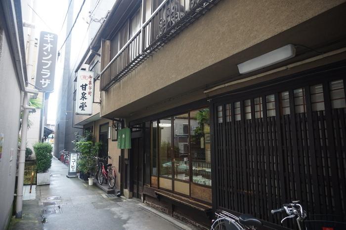 祇園の路地奥にある「甘泉堂」は、知る人ぞ知る老舗の和菓子店。職人の手仕事による上質な羊羹や最中は、地元で長きにわたり愛されてきた評判の菓子です。