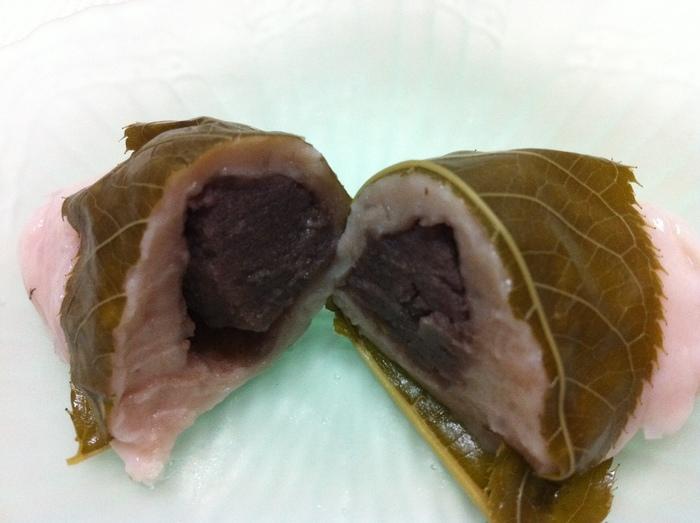 """春の季節なら、季節限定の柚子味噌餡入りの""""桜餅""""仕立ての、麩まんじゅうもお勧めです。"""