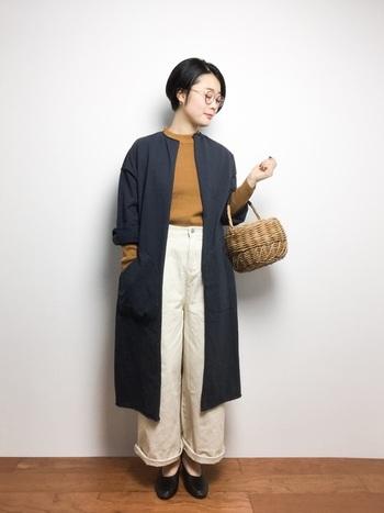 ワイドシルエットの春らしいカラーのチノパンをノーカラーのロングコートと合わせて大人っぽく。シューズのデザインに合わせて裾をロールアップした着こなしのポイントです。