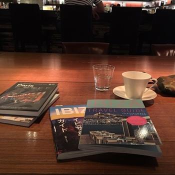 仕事帰り、まっすぐ家に帰りたくないなぁなんて日に、ブックカフェでゆっくりと本に触れてみるのもいいですね。 お店がセレクトした本には、自分では開けなかった新しい世界が待っているかも♪