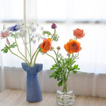 花をそれぞれに生けて、並べて飾っても素敵です。自然の歪みが、伸び伸びと大らかなアクセントになっています。