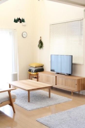 なんだかパターン化してしまったお部屋のレイアウトも、発想をがらっと変えて家具を移動してみましょう。壁にも素敵なアートや写真を飾ったり、インテリアの設えも見直してみましょう。気持ち新たに机に向かったり、掃除が楽になったりするかもしれません。