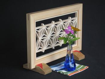 「組子のミニ衝立 麻の葉」・・・伝統ある組子模様の一つ麻の葉を取り入れたミニ衝立です。飾り棚や玄関の置物としてはもちろん、衝立の前に一輪挿しなどを飾るのも素敵です。