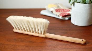【Iris Hantverk(イリス・ハントバーク)】は100年以上も本国スウェーデンで愛されつづけている老舗ブラシメーカーです。素材にこだわり、一つ一つ職人の手によって作られたブラシは一流。  柔らかいヤギ毛でできたこちらのブラシは細かいホコリ取りに最適なので、引っ越し祝いなどで贈ればきっと喜ばれますよ。