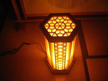 「組子桜亀甲と紅葉の行灯  日本の灯り」・・・六角形の組子細工行灯です。天面には桜亀甲の組子を、別の三面には紅葉の葉を漉き込み、佐賀県重要無形文化財の名尾和紙を貼っています。