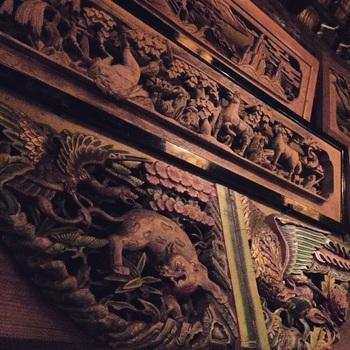 川場温泉 悠湯里庵 の本陣に見られる「彫刻欄間」・・・モチーフとなる動物や鳥などのリアルでダイナミックな構図が面白い彫刻欄間です。