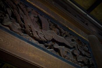 瑞龍寺の室内、重厚な鴨居の上に、しっかりとはめ込まれた立体感のある彫刻欄間。深い陰影を作っています。伝統的な、幾つもの建具によって組み合わされる素晴らしい装飾ですね。