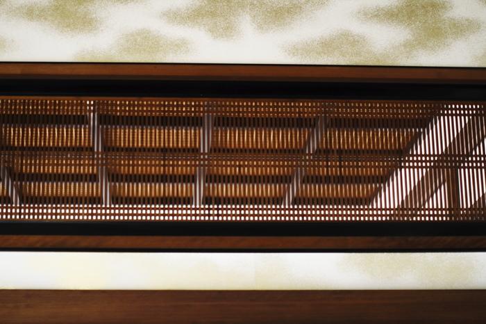 大正時代の旧家を彩る格子組子・・・千本格子の欄間上部、蟻壁に施された金粉の装飾がとても贅沢ですね。