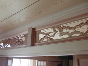 日本三景や花鳥風月を意識したモチーフ・・・彫刻欄間には多く使われる松を描いた間越し欄間。