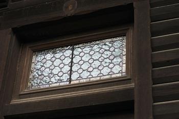 旧岩崎邸の欄間です。ステンドグラスが美しいですね。