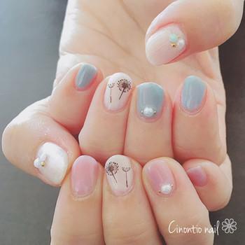 こちらの3色ネイルは、左右の手で塗る色をわけたアシンメトリーなデザインです。 たんぽぽをテーマに、綿毛のネイルシールとパールが素敵にあしらわれています。