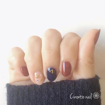 爪ごとにワンカラーで塗り分けるデザインは、短い爪の方におすすめです。 うるさくなりすぎずに、指先の印象を明るくすることができます。