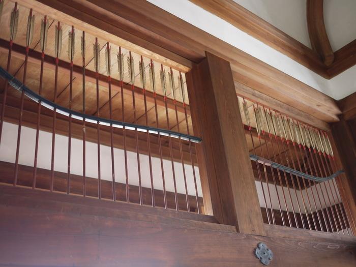 戦国時代をイメージに弓と矢を素材に使った創作欄間・・・千本格子風で洒落ていますね!隣の間、槍でできた欄間へと続く間越し欄間です。