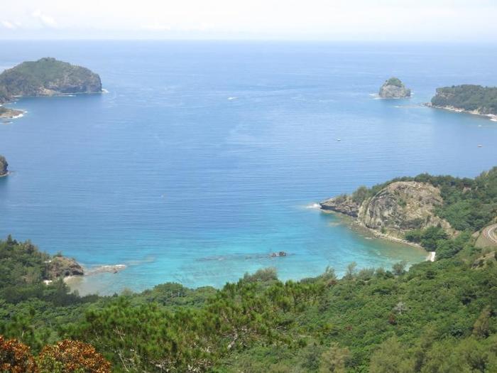 境浦。海水浴の他、シュノーケリングを楽しむことができます。太平洋戦争時に沈没した輸送船が陸からも目視できることで有名な場所でもあります。