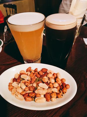 スポーツ観戦、ライブセッション、ダーツが楽しめるお店です。食事はスタンダートなアイリッシュパブといった内容で、お酒は各国ビール、各種ウィスキー・ブランデーなどがあります。