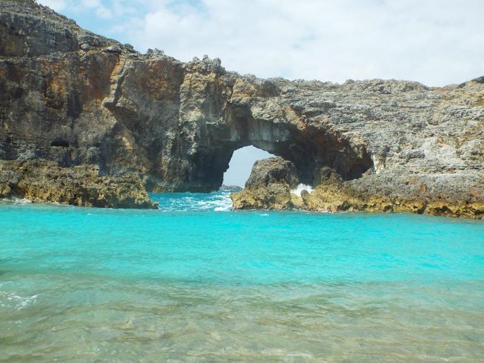 父島列島に属する無人島・南島は特に人気のスポット。こちらは扇池。青く透き通った海での海水浴はまさに至福の時間。