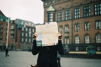 知らない土地を旅していれば、道に迷ってしまうこともあるかもしれません。迷子であることを伝えるシンプルなフレーズは「I am lost.(道に迷っています)」です。
