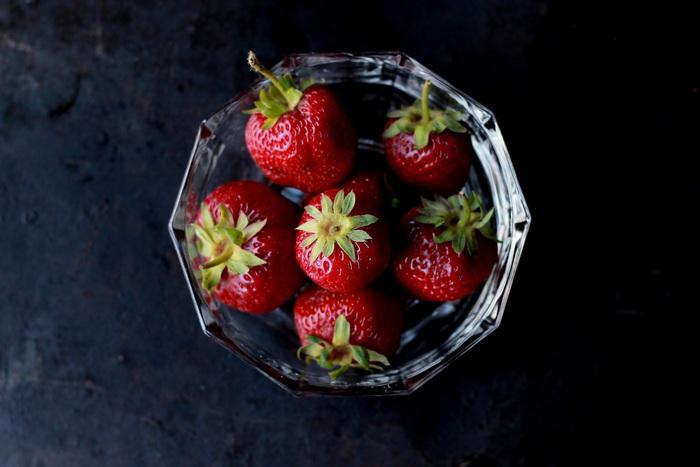いちごはそのままでも美味しいですが、比較的スイーツに使用される事が多いですよね。  この程よい酸味と爽やかな甘さは、実はサラダにも使ってほしい『一押し果物』の一つ。  野菜の赤では出せないグラデーションが美しい赤も、お皿を華やかにしてくれます。  野菜嫌いの方も、美味しいいちごと一緒なら手を伸ばしてくれるかも♪
