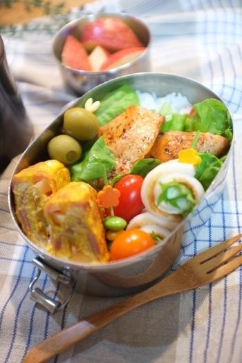 外で食べれば太陽の光が反射しお弁当をがより美味しそうに見えます。ピクニックにも最適です。