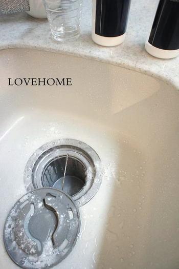 ヌメリが気になる排水溝や、頑固な汚れのトイレ掃除にオススメです。重曹とクエン酸をふりかけてしゅわしゅわさせたらお湯をかけるだけ。重曹とクエン酸の比率は2:1。クエン酸がないときはお酢で代用することもできますよ。