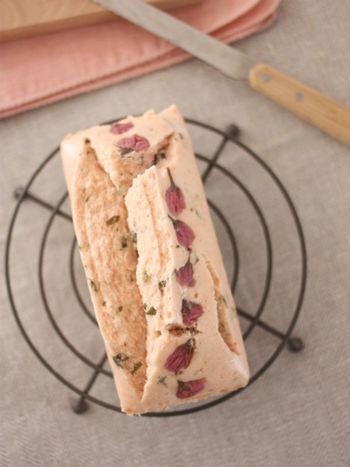 小麦粉は使わず、米粉で作られたパウンドケーキです。 桜の塩漬けと、ほんのりピンクがかった生地が春らしいレシピです。