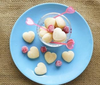 アーモンドミルクで作るアイスのレシピです。 米粉を入れることで、卵や生クリームを使わなくても、シャリッとしない食感のアイスが作れるそうです。