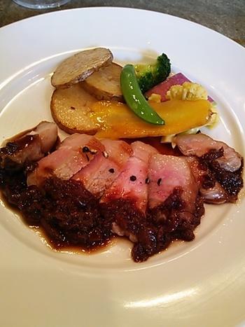 豚ロースのロティ ドライチェリーのソース。肉の脂身の美味しさが際立っています。ドライチェリーの凝縮された果実の旨味がお肉と絶妙にマッチング。