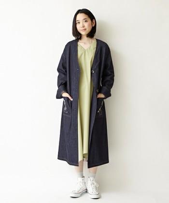 インディゴの深い色合いが美しいデニムコートには、淡い色のワンピースを合わせて、色味のコントラストを楽しみたいですね♪