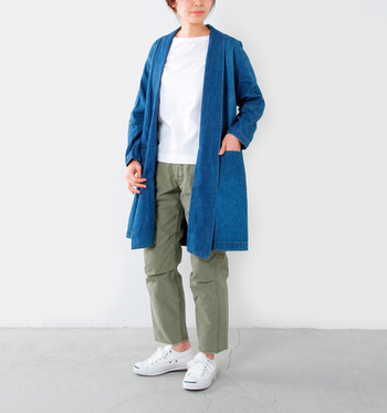 ガウン風のデニムコートはまだ肌寒い春のコーデにオススメ。ロングカーディガン代わりにサラッと羽織ってお出かけしたいですね。