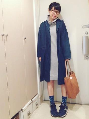 タートルネックのワンピースとデニムコートを合わせたカジュアルコーデ。コートのインディゴと足元のブルーの色味に統一感があり素敵です。