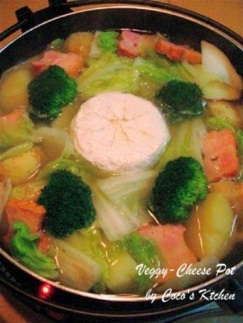 熱を加えるとトロトロになって、より風味が強くなる白カビタイプ。薄い鍋で作ったポトフにぽちゃっと投入すれば、インパクト抜群の洋風チーズ鍋が完成します。ぴりりと胡椒をきかせれば、大人の味に。