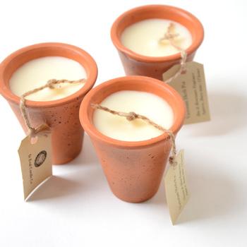 「テラコッタ (terra cotta)」 は、イタリア語で「焼いた (cotta) 土 (terra)」を意味する言葉。 陶器や建築用素材などに使われる素焼きの焼き物のことをさしますが、茶色がかったオレンジ色のことを「テラコッタカラー」ともいいます。