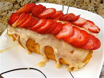 パウンドケーキに季節のフルーツをのせて。見た目にも華やかですね。日持ちはしなくなるので、早めにいただきましょう。