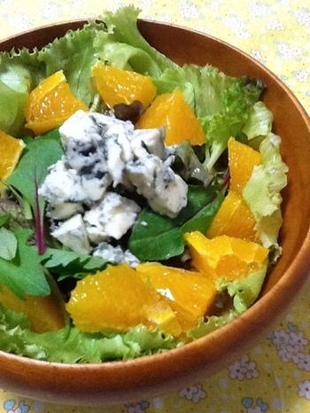 レタスやベビーリーフの上に、一口大にカットしたオレンジとブルーチーズをのせれば、色鮮やかなサラダが完成。濃厚なブルーチーズですが、オレンジと一緒にいただくと、さっぱりとした味わいにしてくれます。
