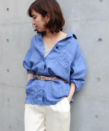 夏にぴったりのフレンチリネンのシャツ。ブルーは大人っぽくて爽やかですね♪少し肩を抜いて着崩してあげれば、女性らしさもプラスできます。