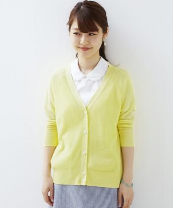 着るだけでさわやかな印象のイエローカーディガンは、春から使えて夏の差し色としても活躍してくれるアイテムです。