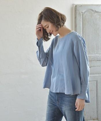 シャリ感のあるブルーのトップスは夏場でも◎長袖丈なのできちんと感が出せ、オフィス着としても使っていただけます。
