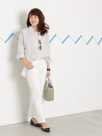 ストライプのフレンチリネンシャツ×白デニムを合わせた最強さわやかコーデ。靴とブレスレットを黒にすることによって、コーデを引き締めています。