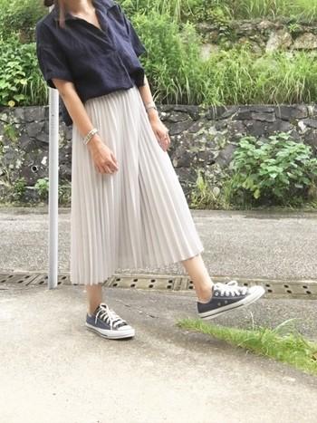 カチッとした印象のネイビーのフレンチリネンシャツに、合わせたグレーのプリーツスカートが華やかさをプラスしてくれています。ネイビーと淡いグレーの絶妙なカラー使いが素敵です。