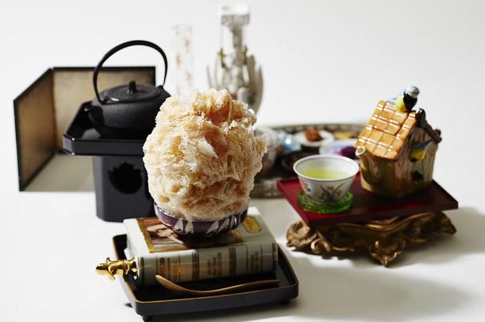 """建物内には『PASS THE BATON』の""""おもてなし""""の心をコンセプトにした喫茶「お茶と酒 たすき」も併設。ふわふわのかき氷や、京都らしくお茶を使ったカクテルなどが楽しめます。"""