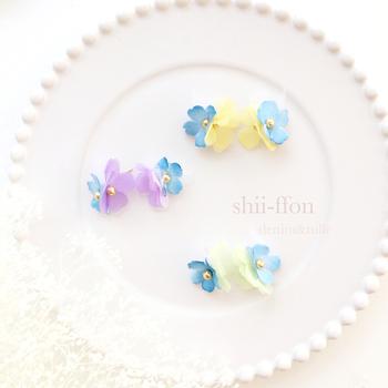 小花のdenim &tulleピアス。手染めした爽やかなデニムブルーに、オーガンジーとチュールを使って軽やかさが加わり、大人かわいい可憐なピアスです。3色展開で、ピアス⇔イヤリングへの交換可能。