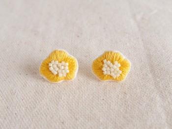 ぷっくりとした刺繍がかわいい黄色のフラワーピアス。丁寧な刺繍に白いビーズで仕上げたお花は春らしく、シンプルな白シャツに合わせたくなります。ピアス⇔イヤリングへの交換可能。