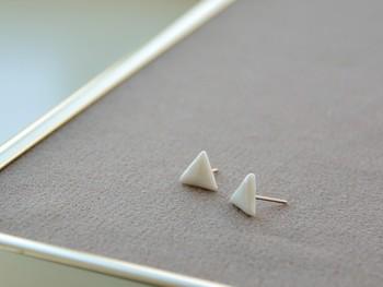 白をまといたくなる春にぴったりの白磁のピアス。白磁で作った三角は少しふっくらした優しい形で、小ぶりサイズなのでさりげなく個性を出せます。