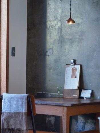 コンクリート打放ちの壁に、アンティークな木の家具と電球。シンプルで飾りすぎない、でも、温かみを感じる落ち着ける空間。1人でも気軽に利用できるカウンター席や、1人用テーブル席など、自分の時間を過ごさせてくれ落ち着けます。