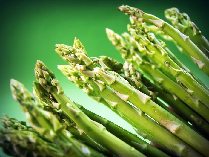 """アスパラガスが店頭に並び始めると春だなあと思いますね。実は春先から秋まで収穫できる、長く楽しめるお野菜なんですよ。最も美味しいのは、露地栽培で採れる春から初夏にかけてのもの。  茹でたり、炒めたりといった食べかたが一般的。皮が固いので根本を切り落として、皮を剥くことが調理の基本とされています。ビタミン豊富な野菜ですが、その中でも""""アスパラギン酸""""はアスパラガスが発見されたことによって名前がついた要素です。"""