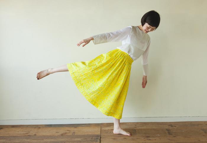 春らしい、こんな素敵なスカートを作ってみるのも良いかも。直線裁ちなので、思ったよりも簡単にできるはず。自分専用の一着は愛着が湧きますね。