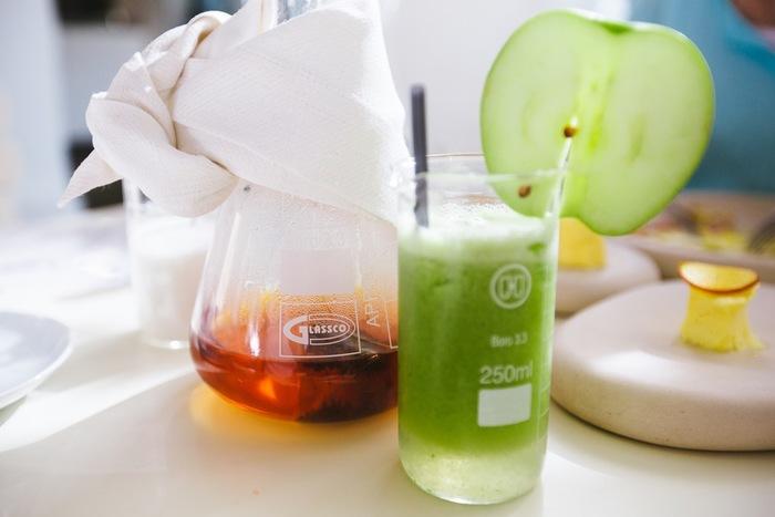 ポットに茶葉とフルーツを一緒に入れてお湯を注ぐ方法や、フルーツシロップやオレンジやアップルなどのジュースをアイスティーと合わせる方法、全ての材料を水に入れてゆっくりと抽出する方法など作り方はいろいろ。