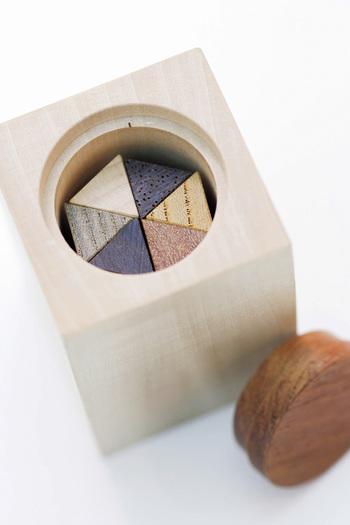 箸置きを収めるこちらのケースがまたとっても秀逸なんです。6本を綺麗な六角形に組み合わせて収納する見た目の美しさに加え、ケースの底を押すだけでフタが開き、中の箸置きが飛び出す仕組みになっています。食卓の上に、いつもケースごと置いておきたくなりますね。